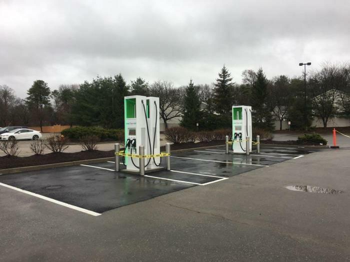 Electrify Americaがマサチューセッツ州のChikopee Marketplaceに設置した初の充電スポット。4台の充電器はそれぞれ2本のケーブルを装備する。