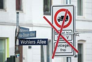 ハンブルクのStresemannstraßeに事前に準備された標識。発効と同時に☓印が撤去された。