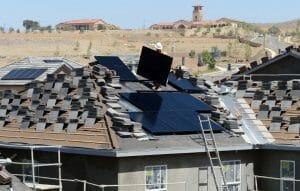 ロサンゼルス南東の都市コロナの郊外の住宅建設現場。太陽光パネルが続々と設置されている。