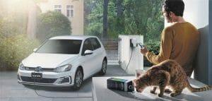 PHVであるGolf GTEの充電イメージ。普通充電に対応している。充電カードには普通充電にのみ対応したプランが用意された。