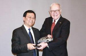 BYDの会長「王伝福(Wang Chuanfu)氏と、BYDに出資する Warren Buffet氏。BYDの公式サイトより転載。