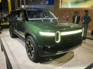 LAのオートショーで展示されたRivian R1S。フロント周りはいかにもEV。Electric Revsの記事より転載。