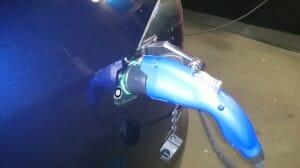 青色のJ1772コネクターまでがトヨタさんの部品。その先の黒いプラスチックの部品はテスラのJ1772アダプターです。引き抜くときは、一緒に引き抜きます。