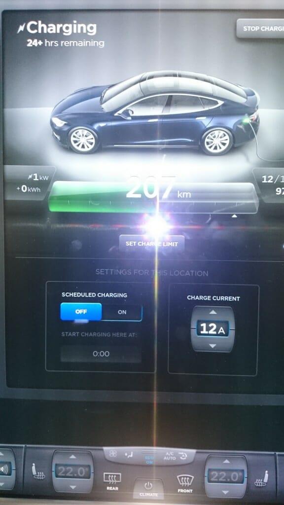 充電開始時のモデルSの画面