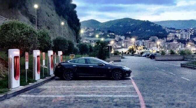 テスラがスーパーチャージャーに超過駐車料金を導入