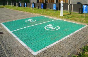 2台分の駐車枠の間に充電器を設置している例