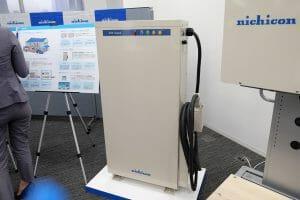 家庭用蓄電池システム「トライブリッド」の、奥行きの薄くなったV2Hスタンド
