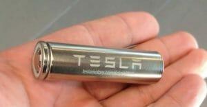 テスラに搭載されている電池セル。パナソニック製のパソコン用から発展したEV専用品。