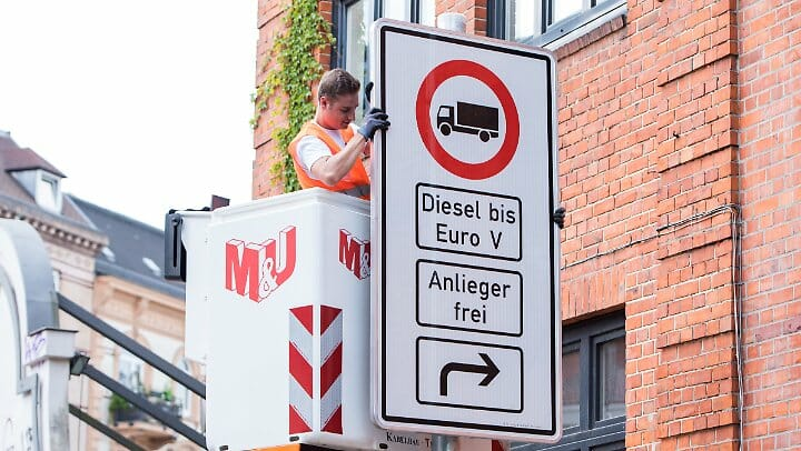 ハンブルクのStresemannstraßeの入り口に掲示される、「ユーロ5」までのディーゼル車は進入禁止の標識。