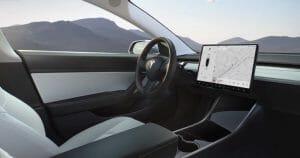 案外シンプルなモデル3の運転席まわり。実際に乗った人によると、空調ルーバーも見えず、とても未来的な印象とか。テスラ社の公式サイトより転載。