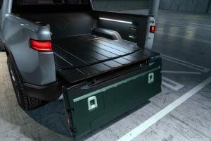 Rivian「R1T」の荷台のようす。照明が点き、荷台中央部分の蓋の下にスペアタイヤが収まっている。Rivianの公式サイトより転載。