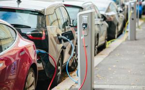 欧州におけるEVのようす。日本とは大違いで、路上に駐車して充電できる施設が多数ある。EU公式サイト内のEU委員会(European Commission)のページより転載。