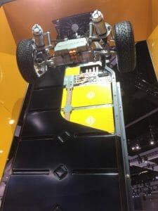 LAオートショーで立てて展示されたRivianの「Skateboard」シャシー。黄色いのが電池モジュールで、電池容量の大きなモデルの上から2タイプまではこれを12個、最も小さい容量のモデルだと9個搭載する。Electric Revsの記事より転載。