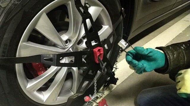 電気自動車テスラモデルXにタイヤチェーンを装着(動画)
