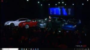 向かって左から「S3XY」と並んだテスラ車。やはり「SEXY」にかけた洒落だったようです。Youtubeのライブストリームよりキャプチャ。