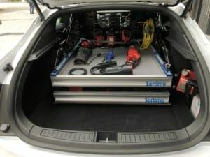 テスラのサービスカーの荷室。出向いた先での軽修理が可能な工具が収納されている。