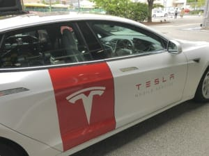 テスラのモバイル・サービスを行うサービスカー。モデルSを利用して作られている。