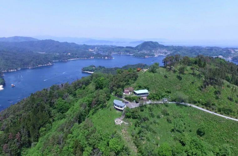 気仙沼の亀山の山頂と湾の景色。気仙沼観光進機のサイトより転載。