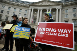 カリフォルニア州と環境保護団体がトランプ政権の燃費基準凍結方針に対して訴訟を起こしたときの場面。アメリカの非営利公共放送ネットワーク「PBS」のサイトより転載。