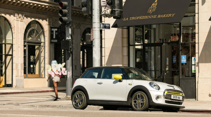 ついに純電気自動車「MINI クーパーS E」発売! 日本では?V