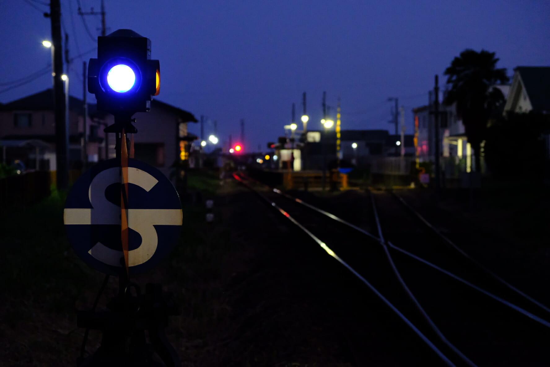 関東鉄道常総線のローカル線区域にある三妻駅。ポイント(転轍機)の表示器の青いランプが夕闇に映える。