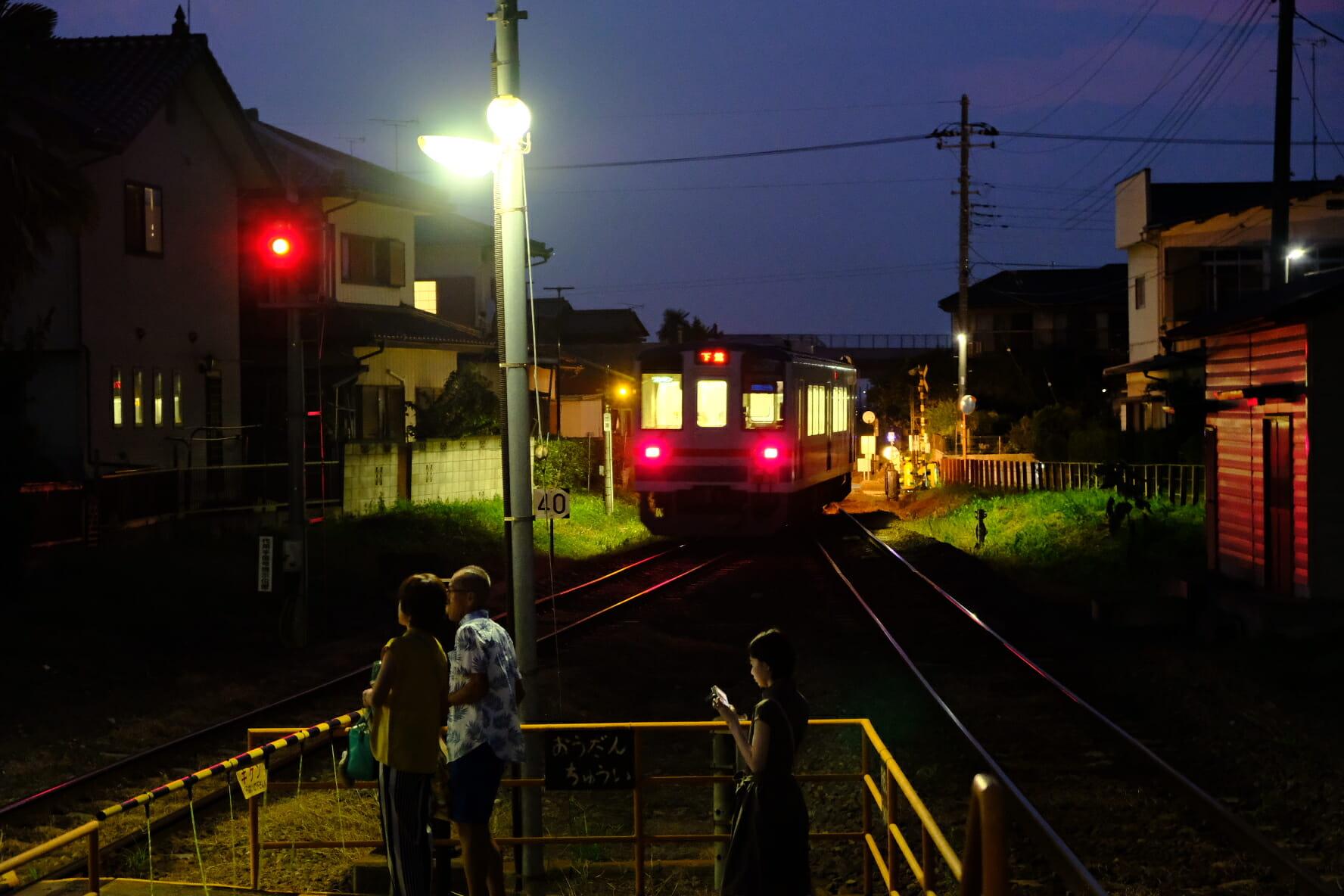 三妻駅を出る、下館行きのディーゼルカー。