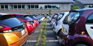 EVオーナー以外も参加自由ですが、さすがにEVが多く集まる駐車場。右は三菱 i-MiEV、左が日産リーフ。