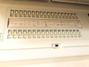 Nさん宅の配電盤。60Aを30A×2で分けて管理している。停電時にリーフから給電する場合は、両者とも15Aまでしか出ないことが分からず、初めはブレーカーが落ちて焦ったとのこと。