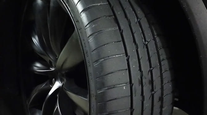 テスラモデルXのフロントタイヤを交換