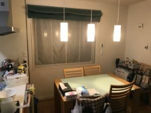 9月9日夜のNさん宅のリビングの様子。周囲の家や施設は漆黒の闇に沈んでいます。病院だけが自家発電装置によって非常灯だけ点いている状態でした。Nさん撮影。