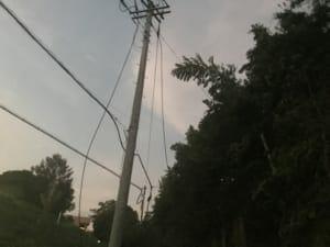 電柱の上段にある高圧配電線が切れて垂れ下がっている。最大6,600Vもの高電圧電流が流れているので、大変危険。Nさん撮影。