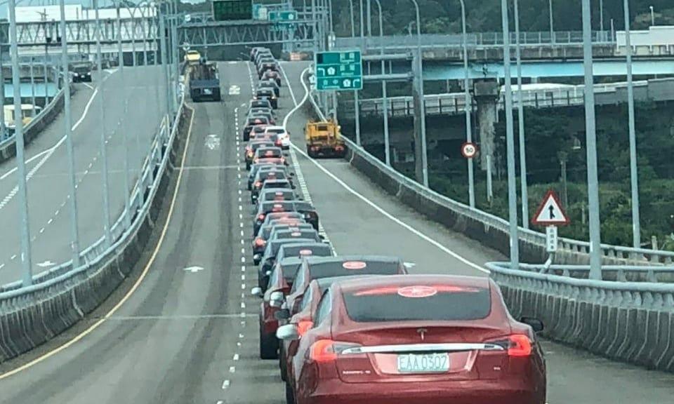 ギネス:台湾で107台ほどのテスラ車がオートパイロットでコンボイ走行に成功