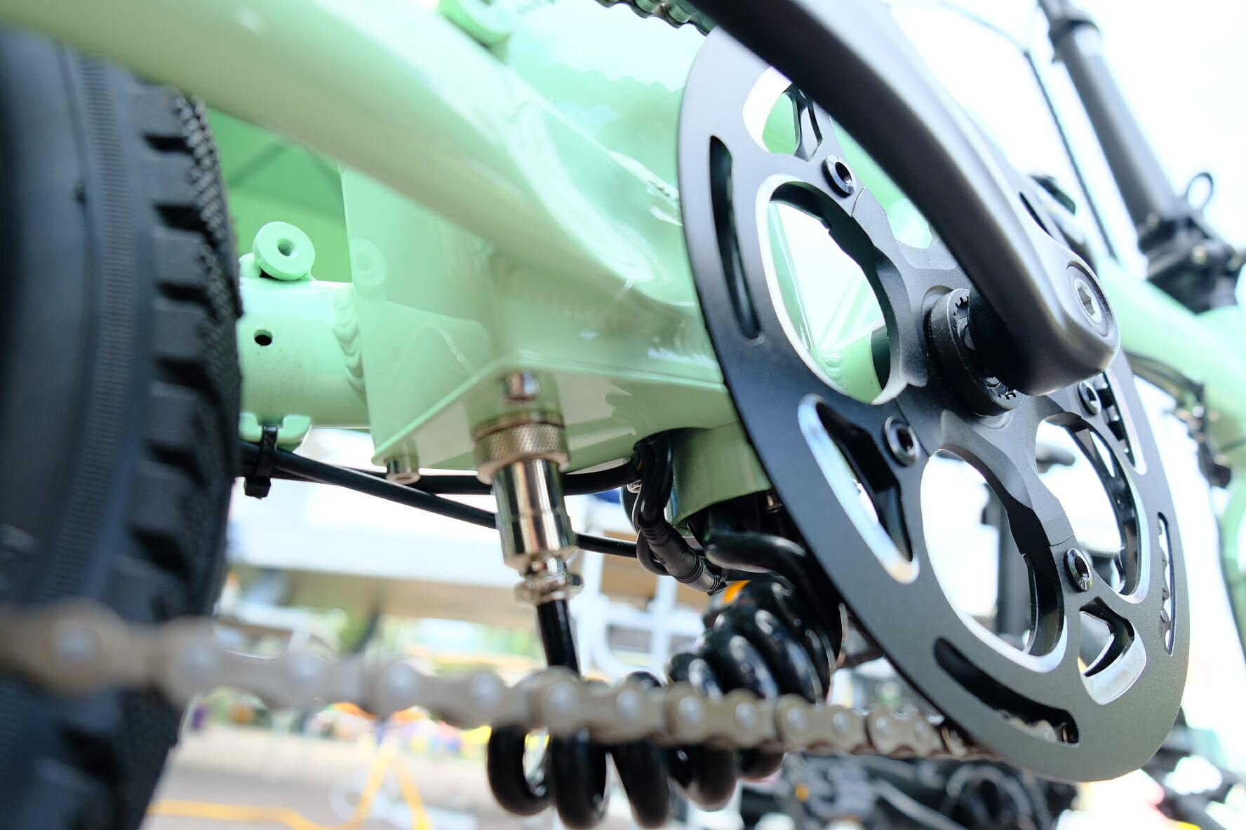 シートポスト下部からモーターへは、電源ケーブルを繋げる形。