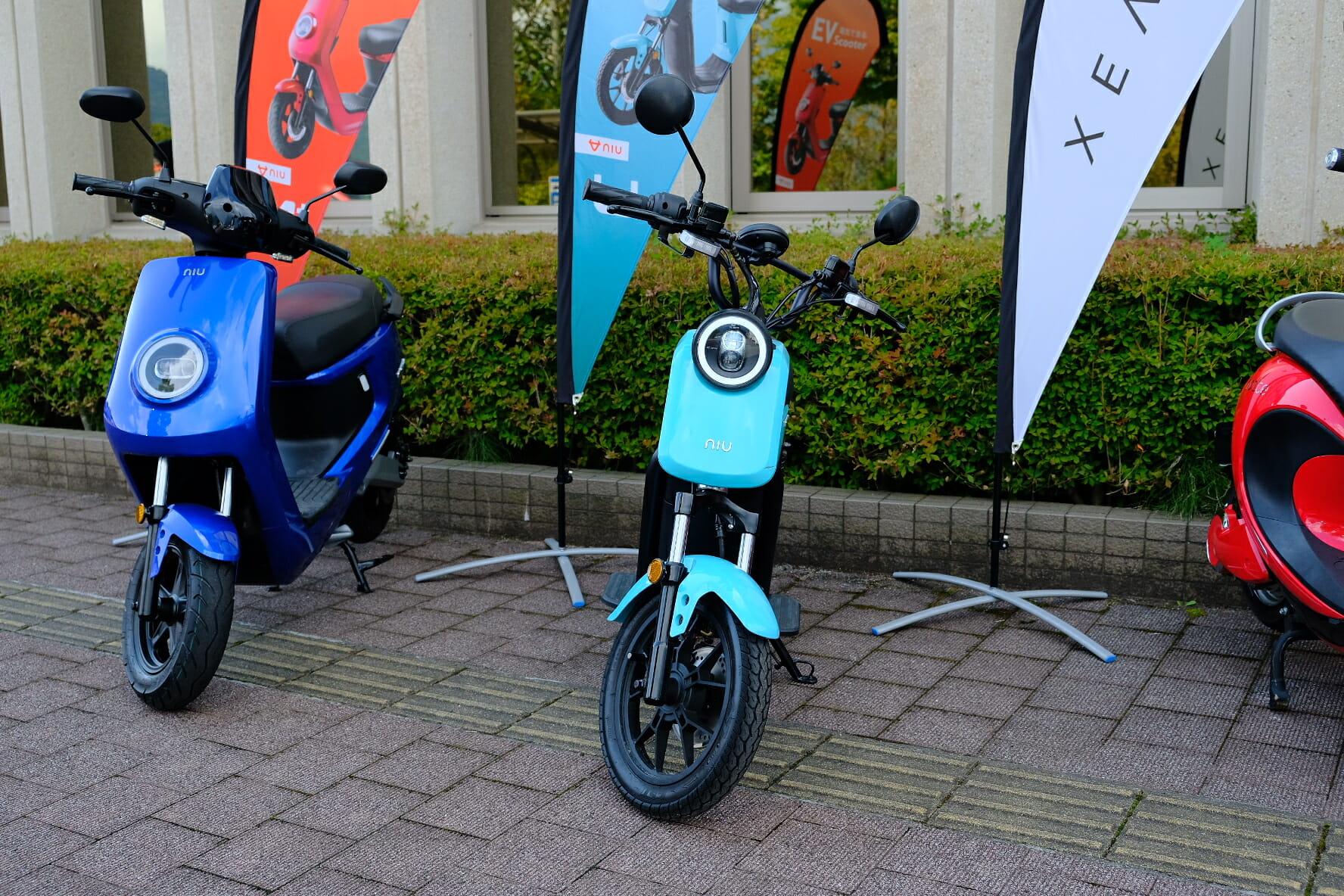 原付免許で乗れるもの(水色)と、原付二種の青いモデル。