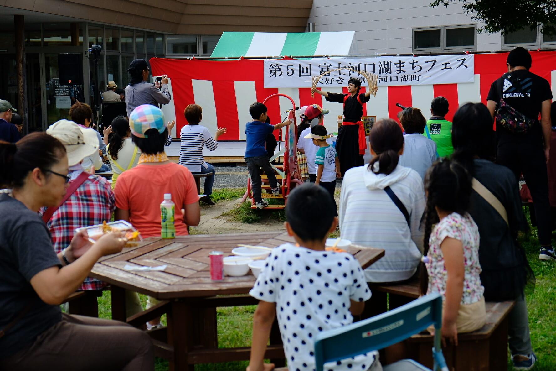 役場の庭に設けられたメインステージでの「南京玉すだれ」の実演。この後が「筑波山のがまの油売り」でした。