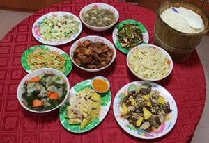 客家料理(現地語で「客家菜」)。後からその土地に入る場合が多かった客家の人たちは、痩せた土地か山間地に住まざるを得なかった。そこで、塩漬けや保存食、山菜を使った独特の料理が工夫された。著者も客家料理は好きで、何度か食べに行っているが、炒め物にミントの葉が入っていて、これが案外美味しかったりする。一度ご賞味あれ!台湾政府下のHakka Councilのサイトより転載。