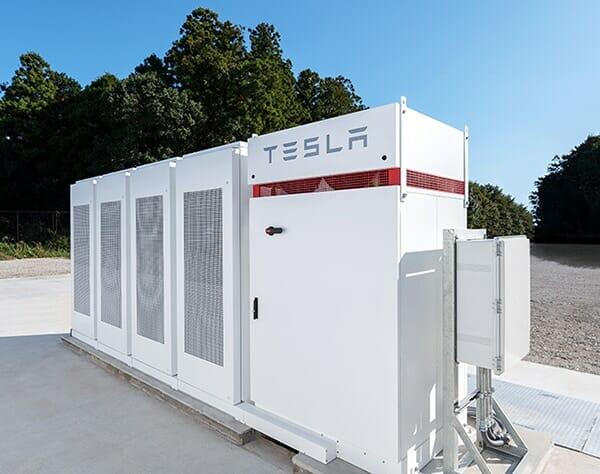 テスラ社製産業用リチウム蓄電池「Powerpack」。これも、近鉄の東花園変電所に設置されたPowerpackと同様、「関電エネルギーソリューション」のユーティリティー・サービスを利用して設置されている。IIJ社のニュースリリースより転載。
