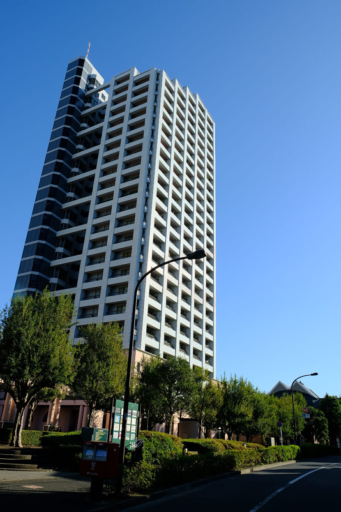 3棟あるタワーのうち、一番南のもの。右下に「東京グローブ座」の2つの三角屋根が見える。