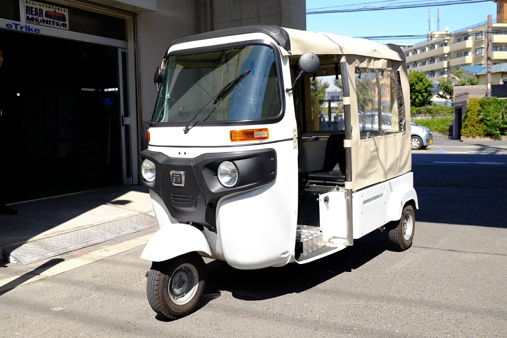 日本エレクトライクの電動三輪自動車。インドのオートリキシャのシャシーを同社で電動化したもの。150万円ほどで購入できる。移動販売車として購入する例もある。書店が販売車として使い、普段は店内に展示している例もある。