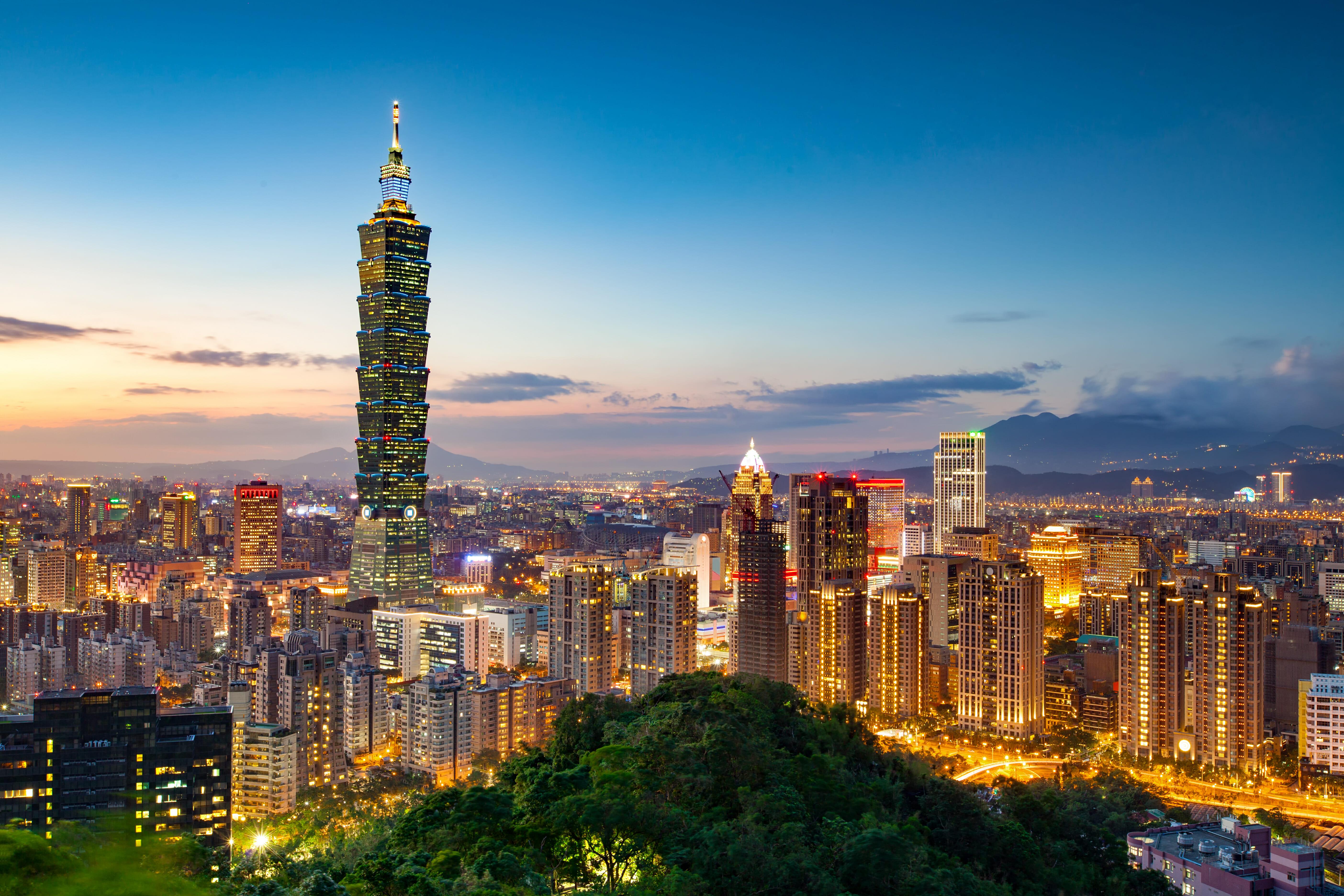 台湾の台北市の夕景。101ビル(101大楼)がひときわ目立つが、その辺りの信義區はここ20年で再開発が進んで近代的な町に変貌した。