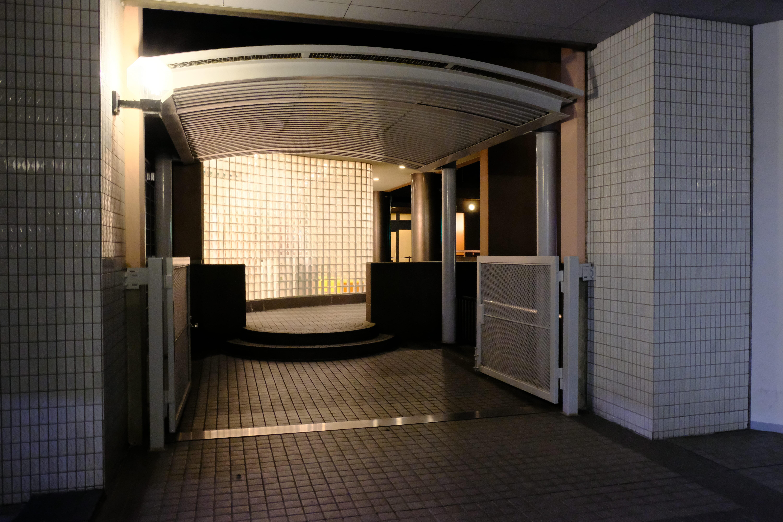 マンションの入り口の隣りにある、「東京グローブ座」への連絡通路。劇場直結のマンションだ。