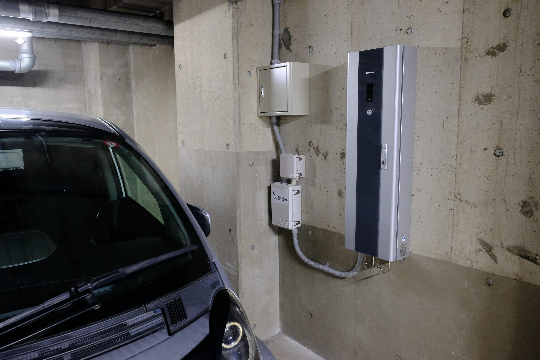 灰色と黒の細長いボックスが今回設置された普通充電器。その左隣りにあるのは課金システムを動かす通信機器などのボックス。