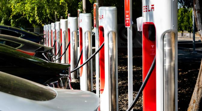 テスラが休日の充電渋滞ハルマゲドンに、100のポータブル・スーパーチャージャーを繰り出した