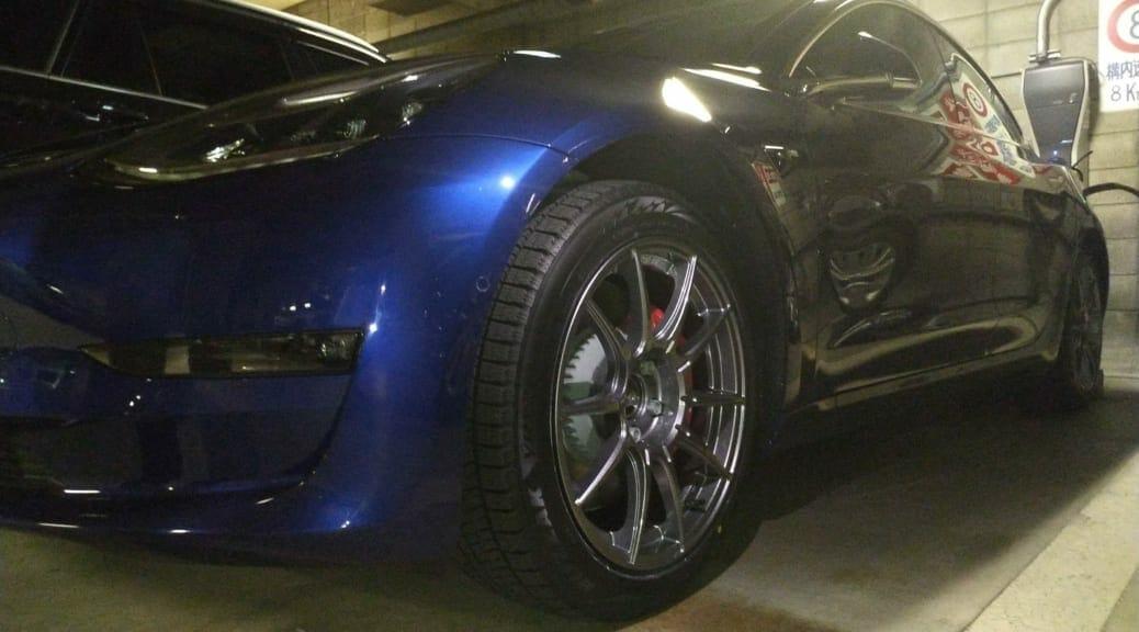 テスラモデル3パフォーマンスモデルにスタッドレスタイヤを装着
