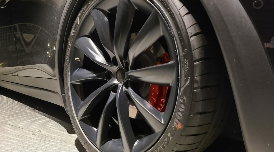 テスラモデルXのリアタイヤを交換