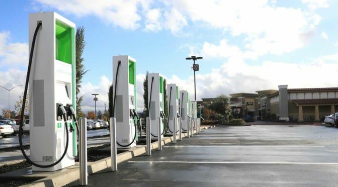 アメリカで電気自動車急速充電の従量課金制導入へ前進〜日本の充電インフラはどうなる?