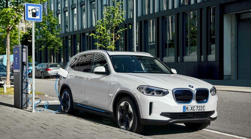 BMW『iX3』発表〜サステナブルな電気自動車への取組を強調