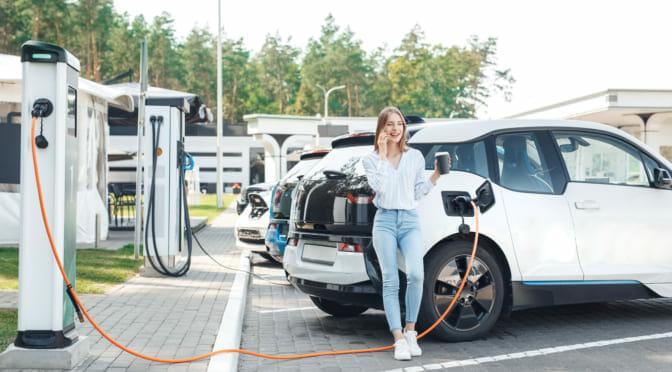 ニューヨーク州がEV充電区画へのICE駐車を法律で禁止へ〜電気自動車オーナーの小さな勝利