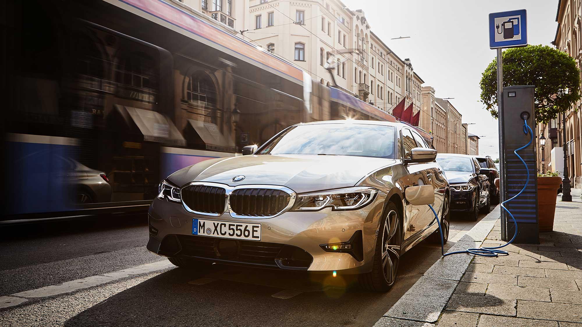 BMW『330e M Sport』PHEV試乗レポート〜BMWならではの気持ちよさが電気でパワーアップ【吉田由美】   EVsmartブログ