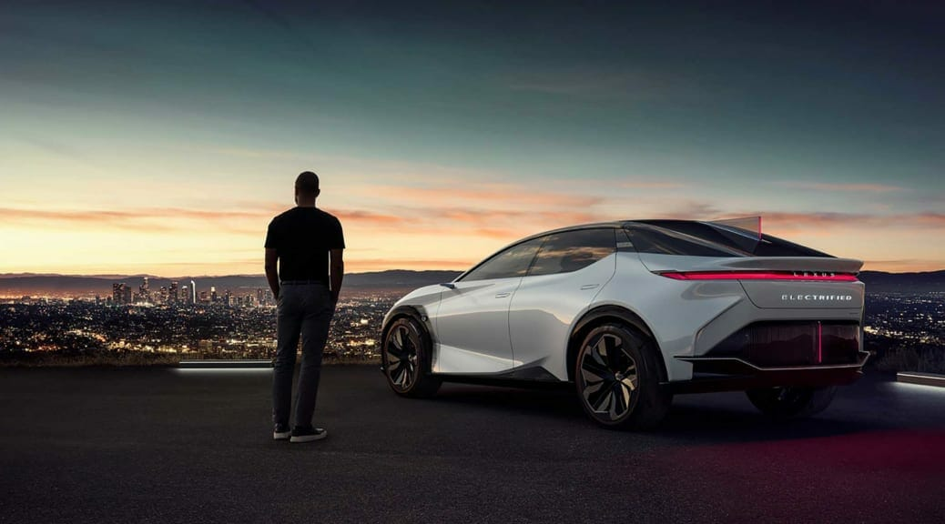 レクサス=トヨタが世界初公開した2025年の電気自動車が教えてくれること